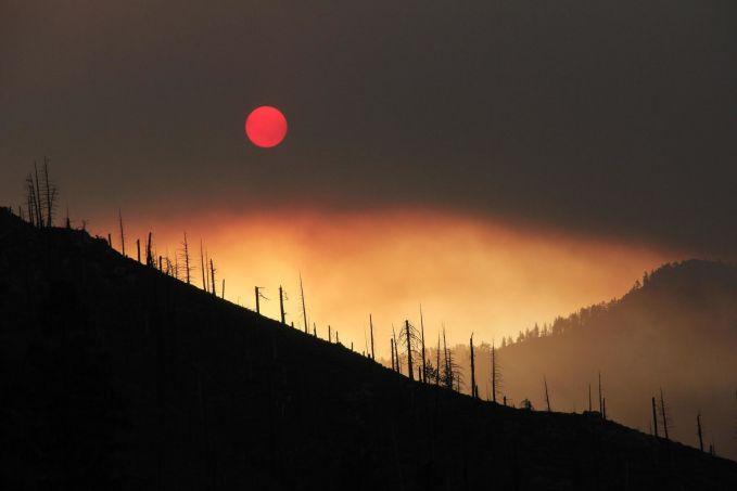 Potret matahari di cakrawala California Utara ini seolah memperlihatkan kesedihan setelah kebakaran hutan yang melanda kawasan ini.